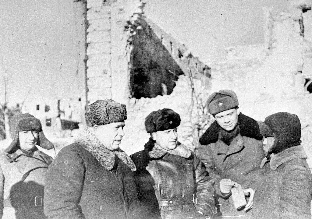 Член Военного совета Н.С. Хрущев в освобожденном Сталинграде разговаривает с советским юношей, пережившим Битву за город. 03.02.1943
