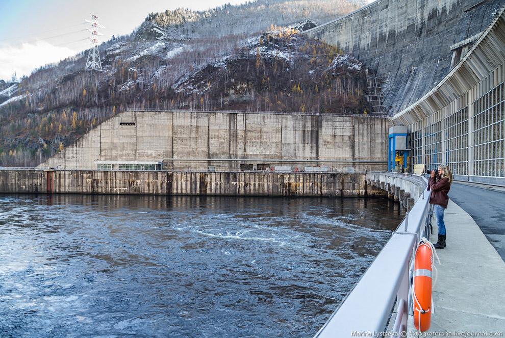 28. Максимальная пропускная способность эксплуатационного водосброса при нормальном подпорном уровне