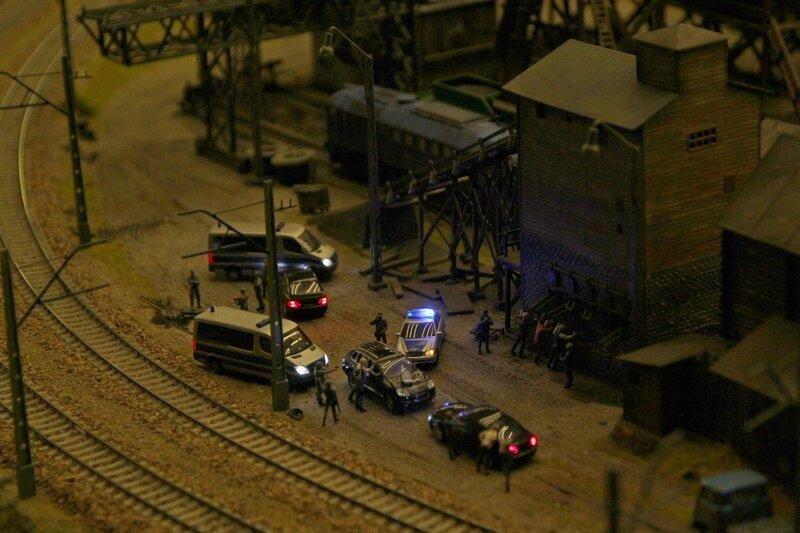 Гранд макет: Ночная спецоперация. Милиция и отряд омона арестовывают банду у заброшенного завода рядом с железной дорогой.