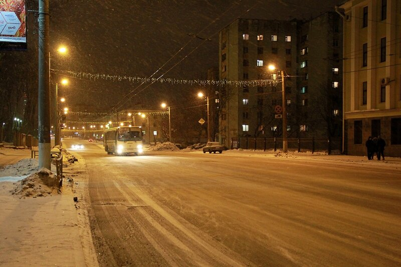 Снегопад на ночной ул. Комсомольской в Кирове