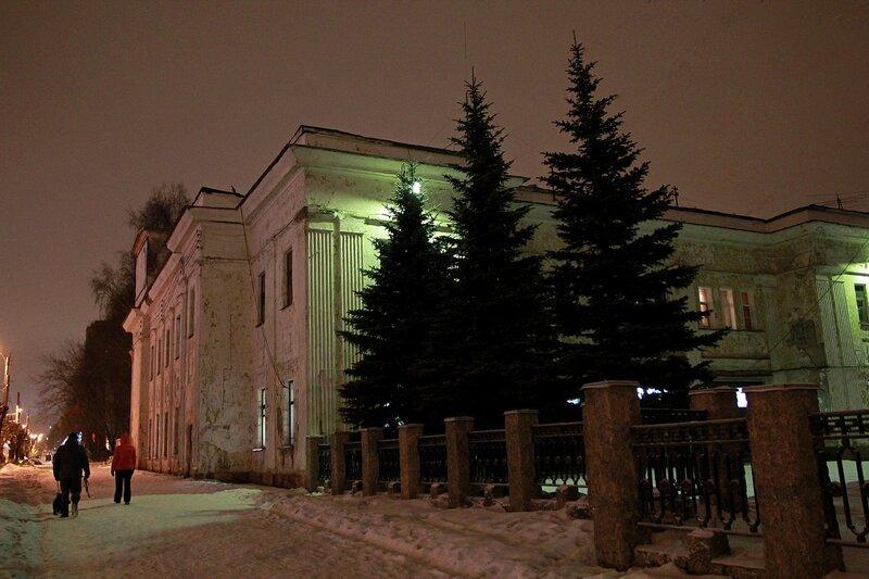 Пожарное депо на Октябрьском проспекте в Кирове Новогодним вечером