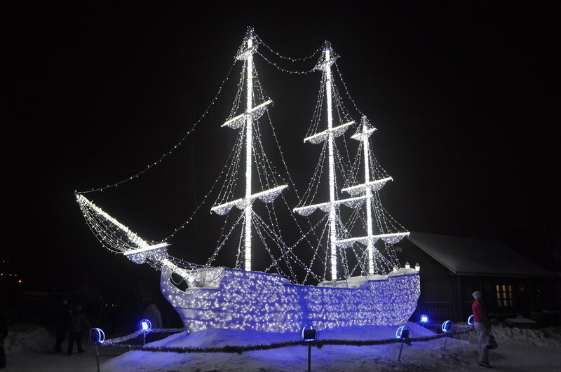 Мурманск. Новогодний корабль на Семёновском озере.