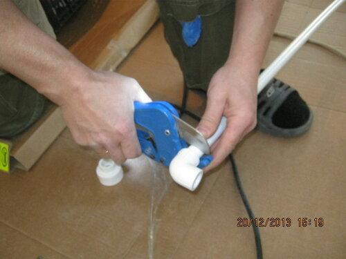 Режем пропиленовые трубы для подводки воды к титану