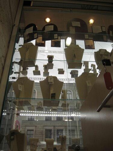 Фото 28. Всё в порядке, витрины ювелирного магазина вновь подсвечены должным образом. На фото (в верхней части витрины) видны две работающие лампочки.