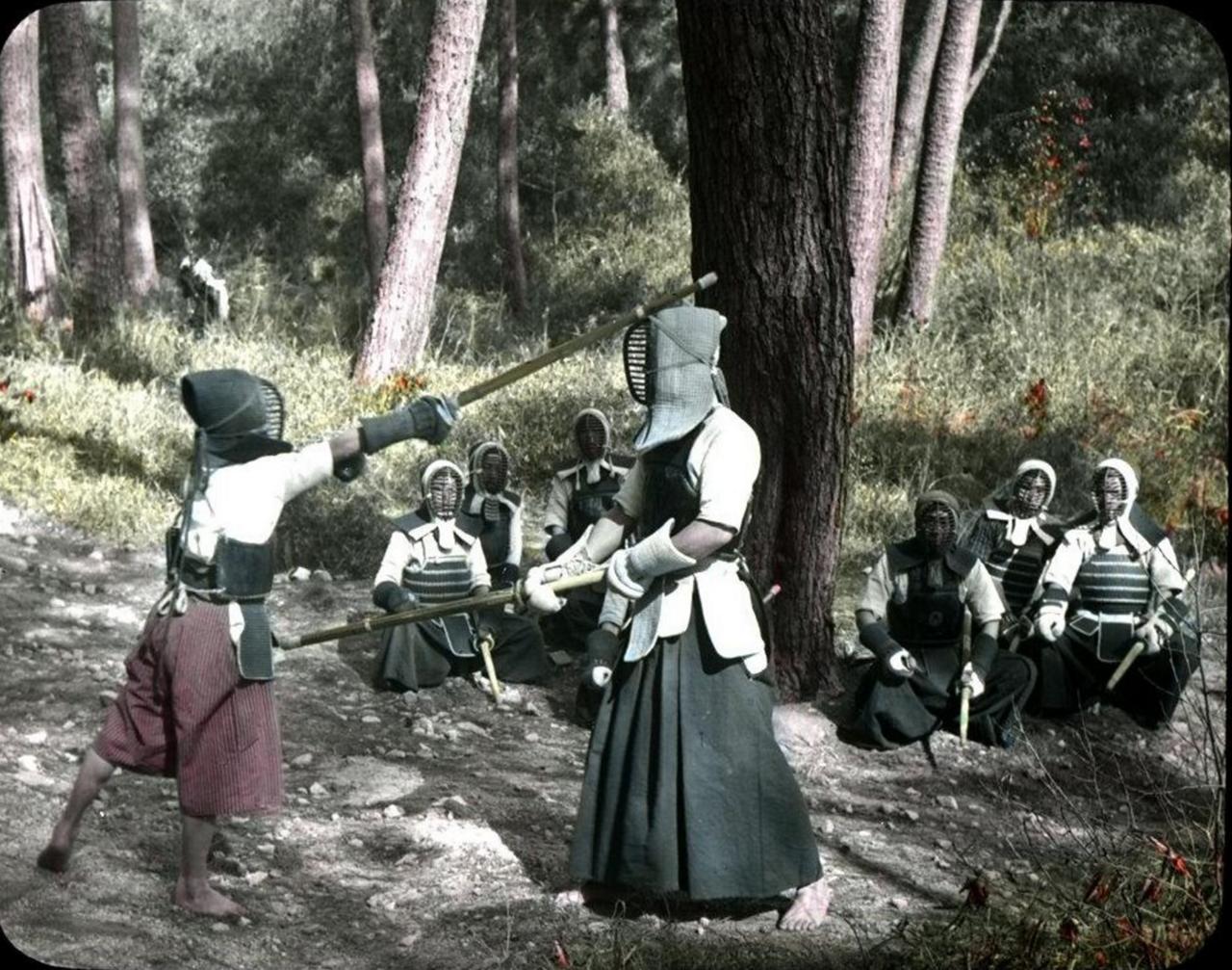Дети тренируются в кендо