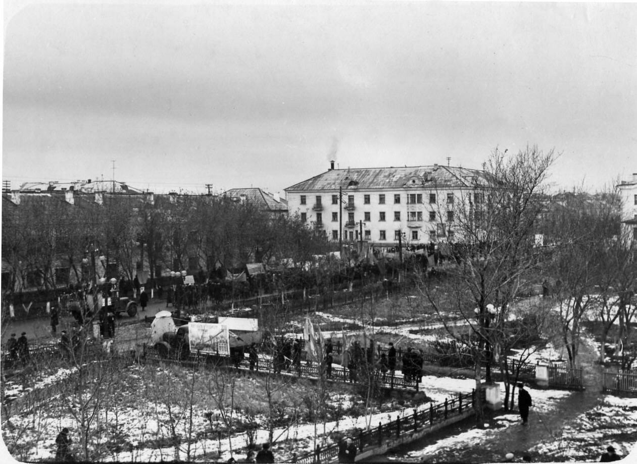 1957. Улица Ленина. Первые колонны демонстрантов 7 ноября