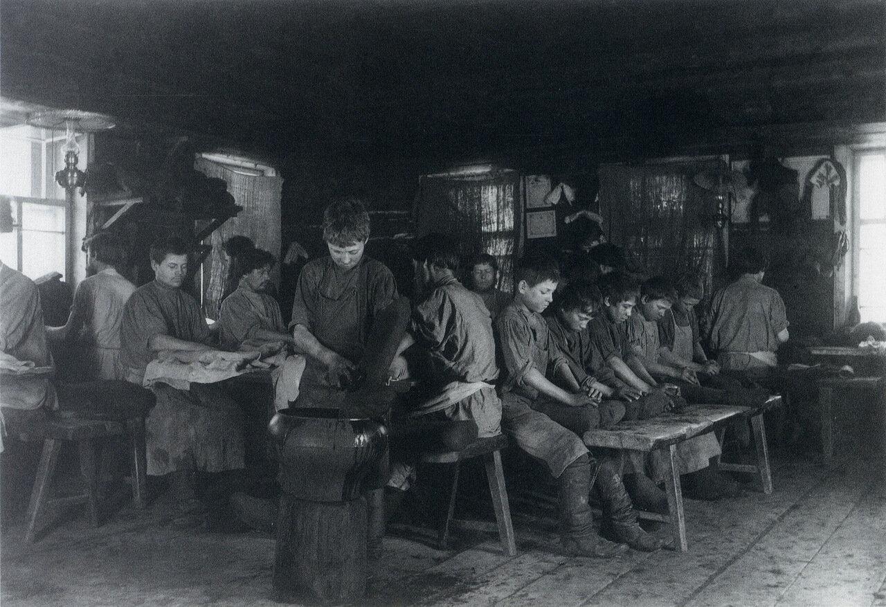 Мастерская по изготовлению валенок. Деревня Марвинская Вятской губернии. 1900-е