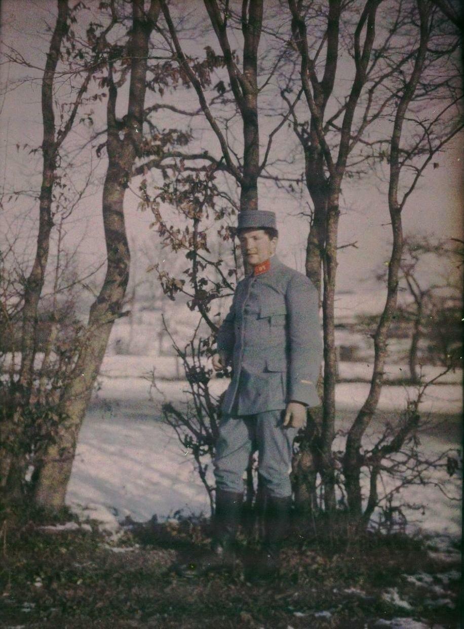 Молодой солдат в лесу