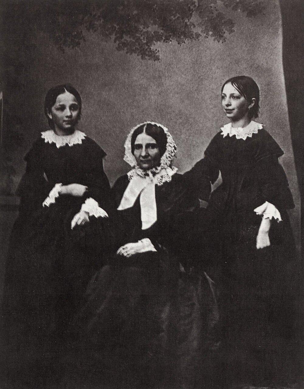 Мать Саввы Ивановича Мамонтова со своими дочерьми, Москва