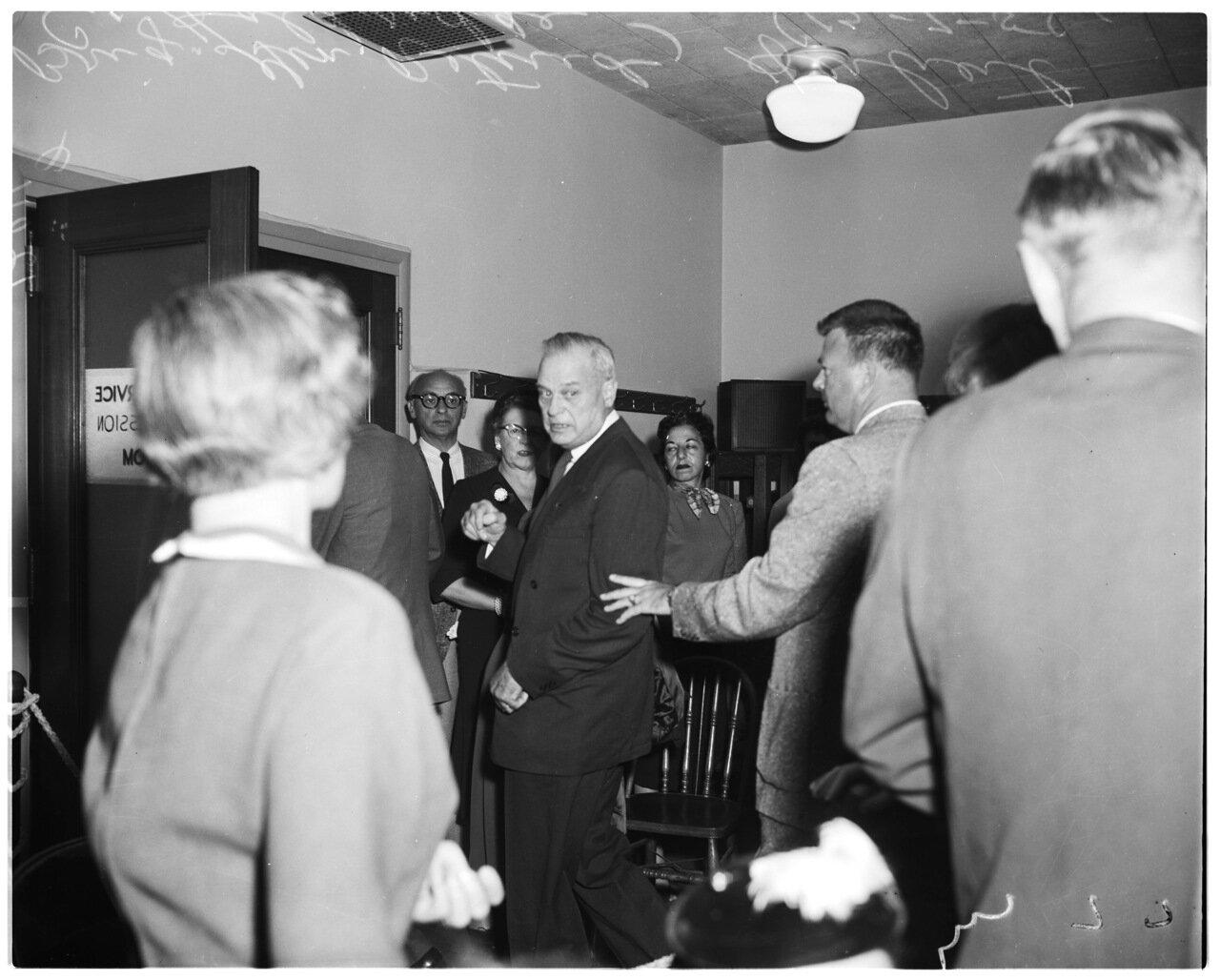 1956 года. 7 декабря. Комиссия по расследованию антиамериканской деятельности. Адвоката Дж.Мэйнард Омерберга изгоняют из зала заседаний.