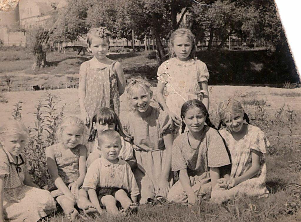 1958. Группа поречских детей на реке Саре.