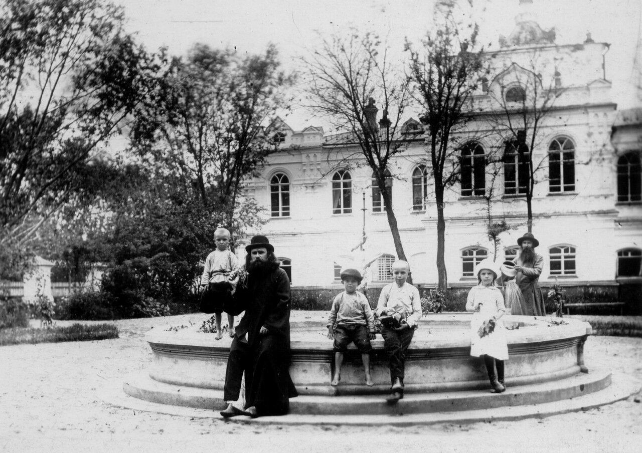 У фонтана Архиерейского дома