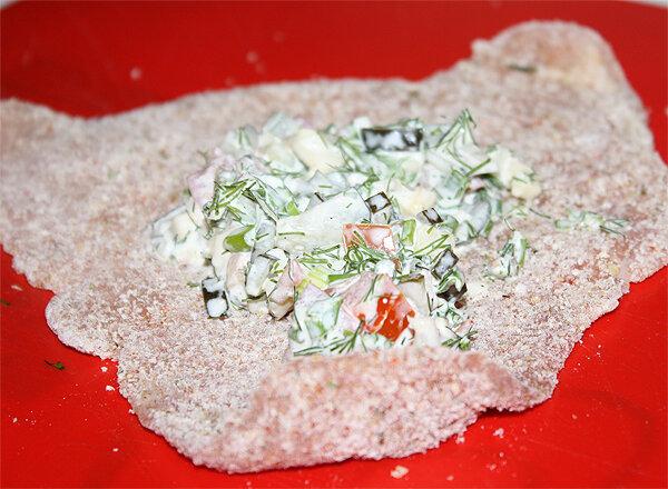 Добавить в фарш немного сливок для связки или майонез.Положить на мясо, свернуть рулетик, защепить зубочисткой, с торцов мясо подоткнуть внутрь, чтобы сок от фарша и расплавленный сыр не вытекали наружу во время обжарки.
