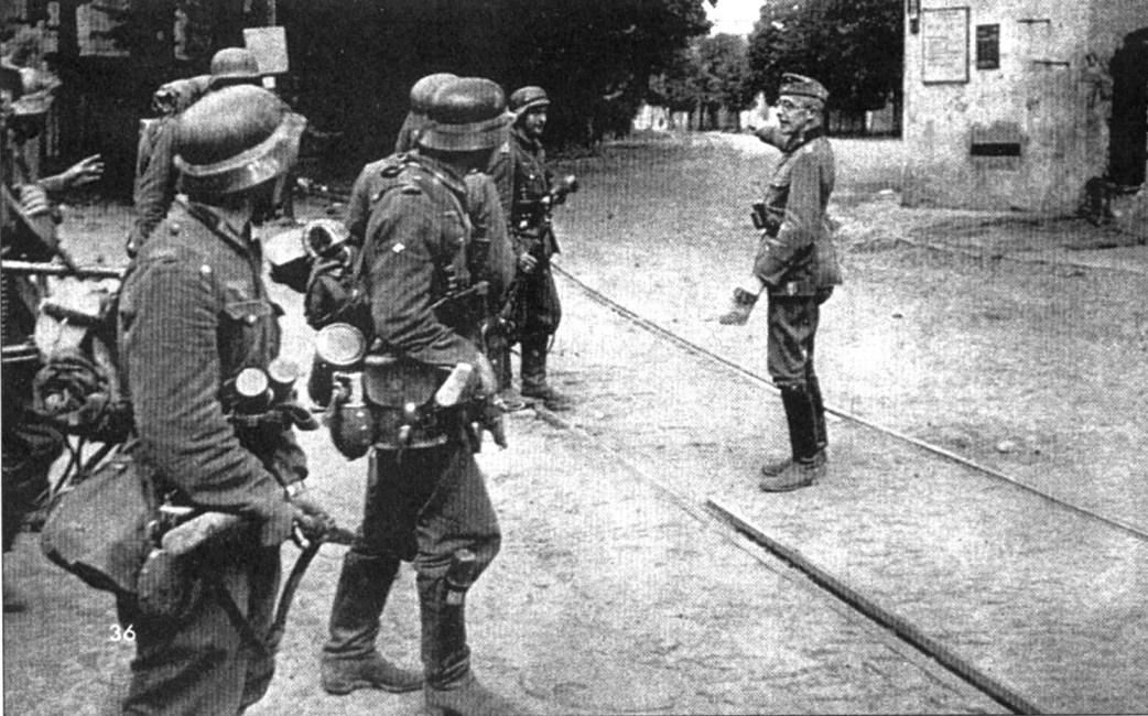 Немецкие солдаты на улице Киева.