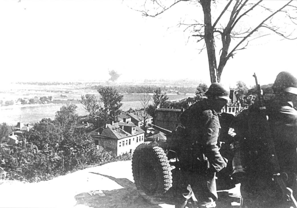 Немецкая 45-мм пушка ведет огонь.