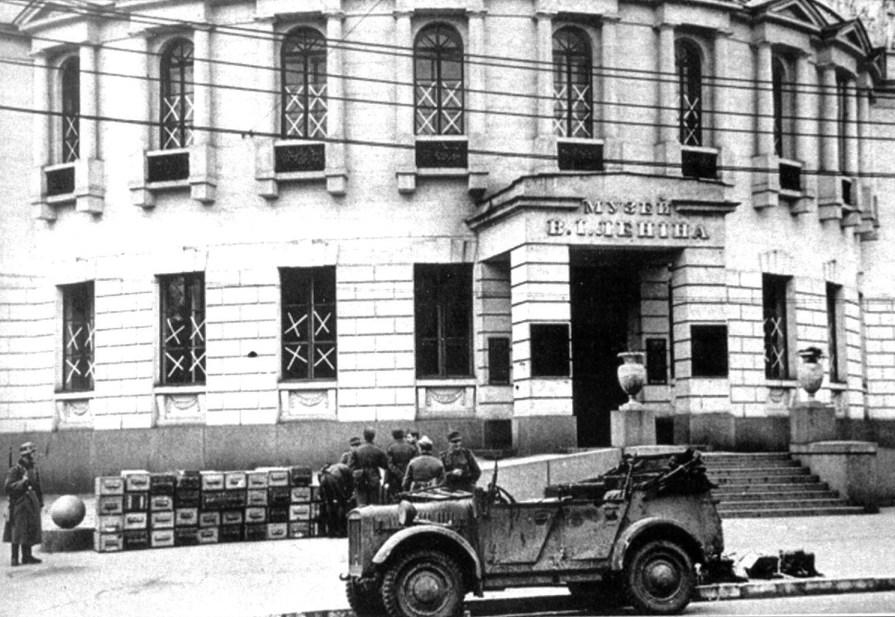 Немецкие саперы у здания Музея Ленина.