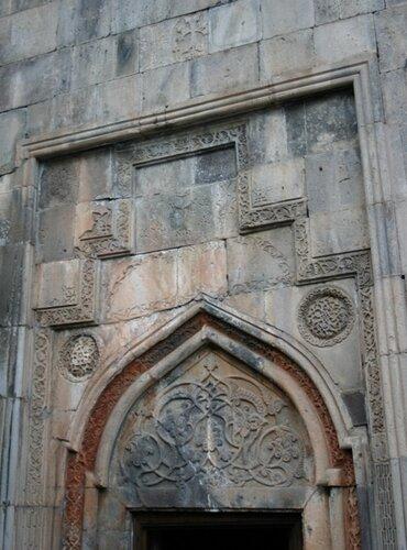 Гегард: украшения над входом в церковный комплекс в притворе