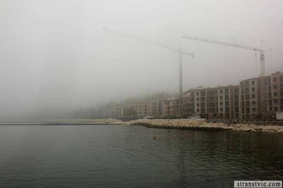 стройка в тумане