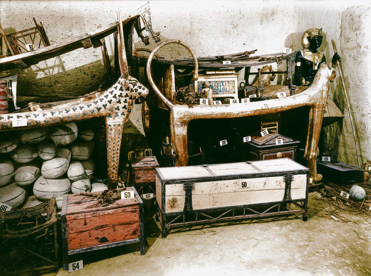 Позолоченная кровать-лев и сундук с одеждой среди других объектов в передней камере усыпальницы.