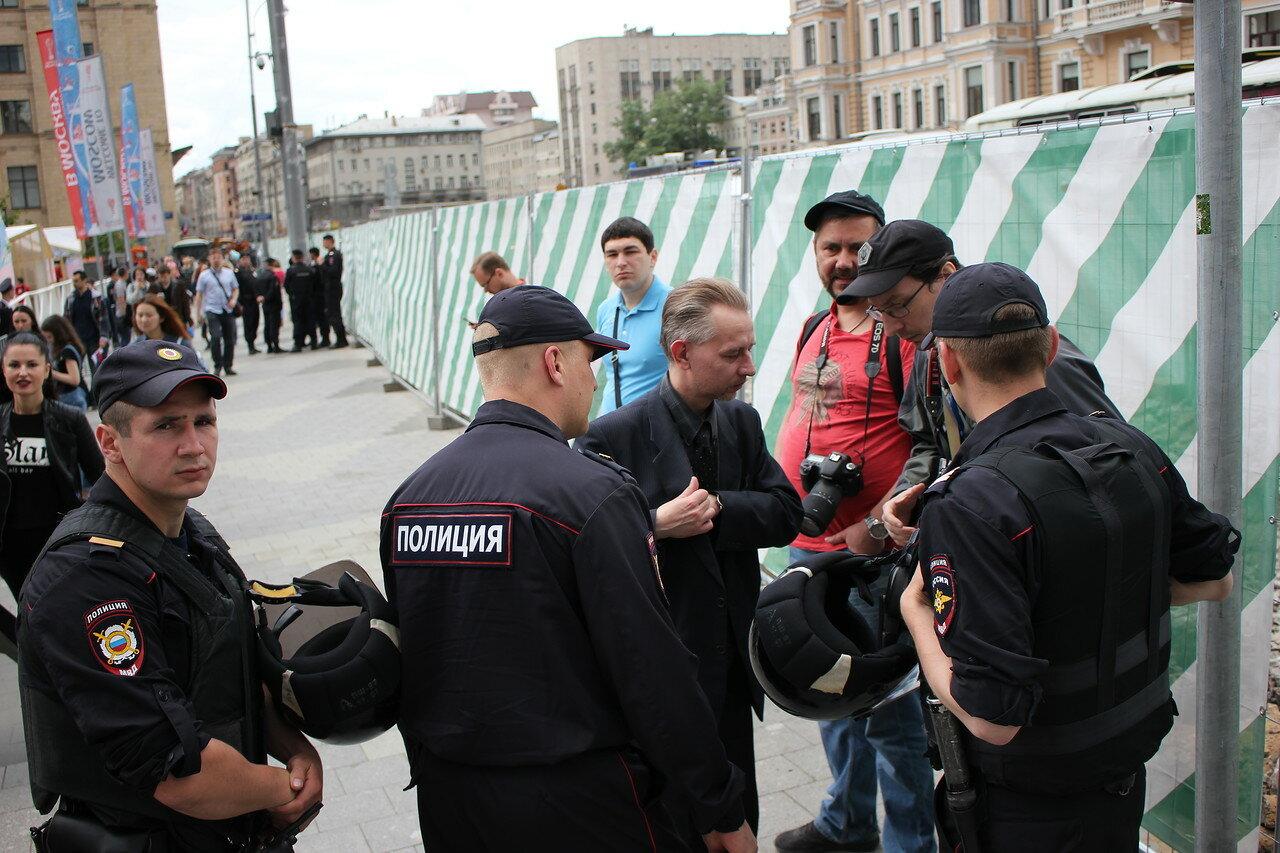 полицейские особо рьяно проверяли пресс-карты у журналистов