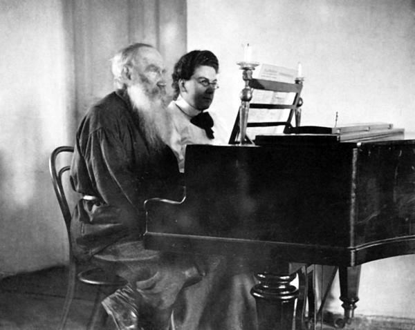 Лев Толстой играет в четыре руки с дочерью Сашей