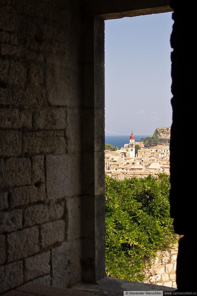 Керкира: звоница церкви Святого Спиридона из окна Новой Крепости