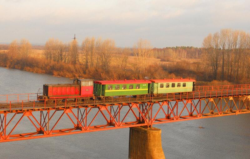 Городская электричка на мосту через реку Чепца