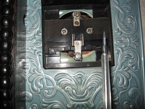 Фото 8. Выключатель бра со снятой клавишей. Стационарная проводка, несмотря на солидный возраст, находится в удовлетворительном состоянии, контакты выключателя затянуты хорошо.