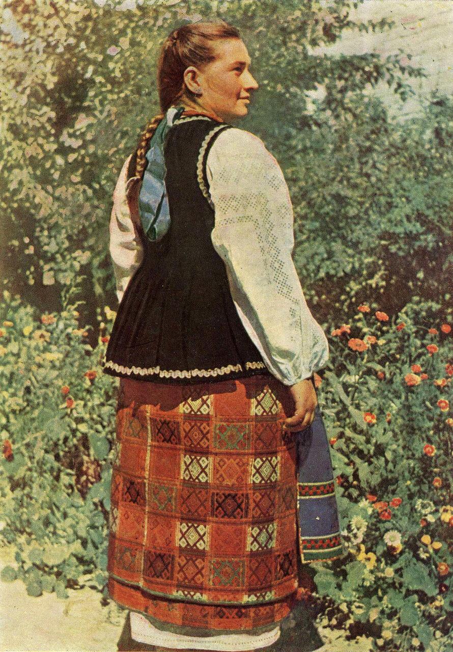 Девушка в летней одежде. Село Дегтяри Срибнянского р-на Черниговской обл