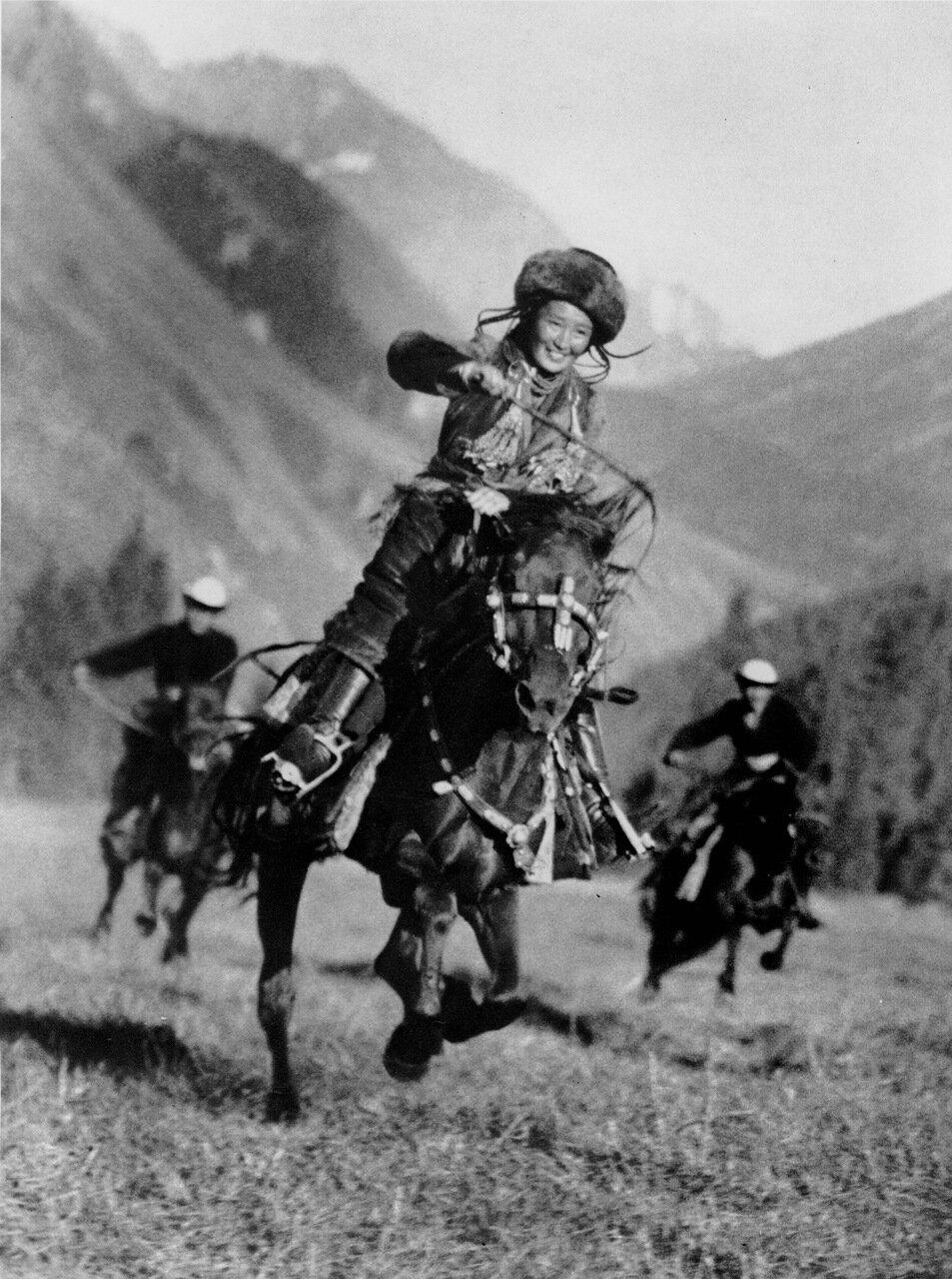 Девушка-джигит. Киргизия. 1936 год.