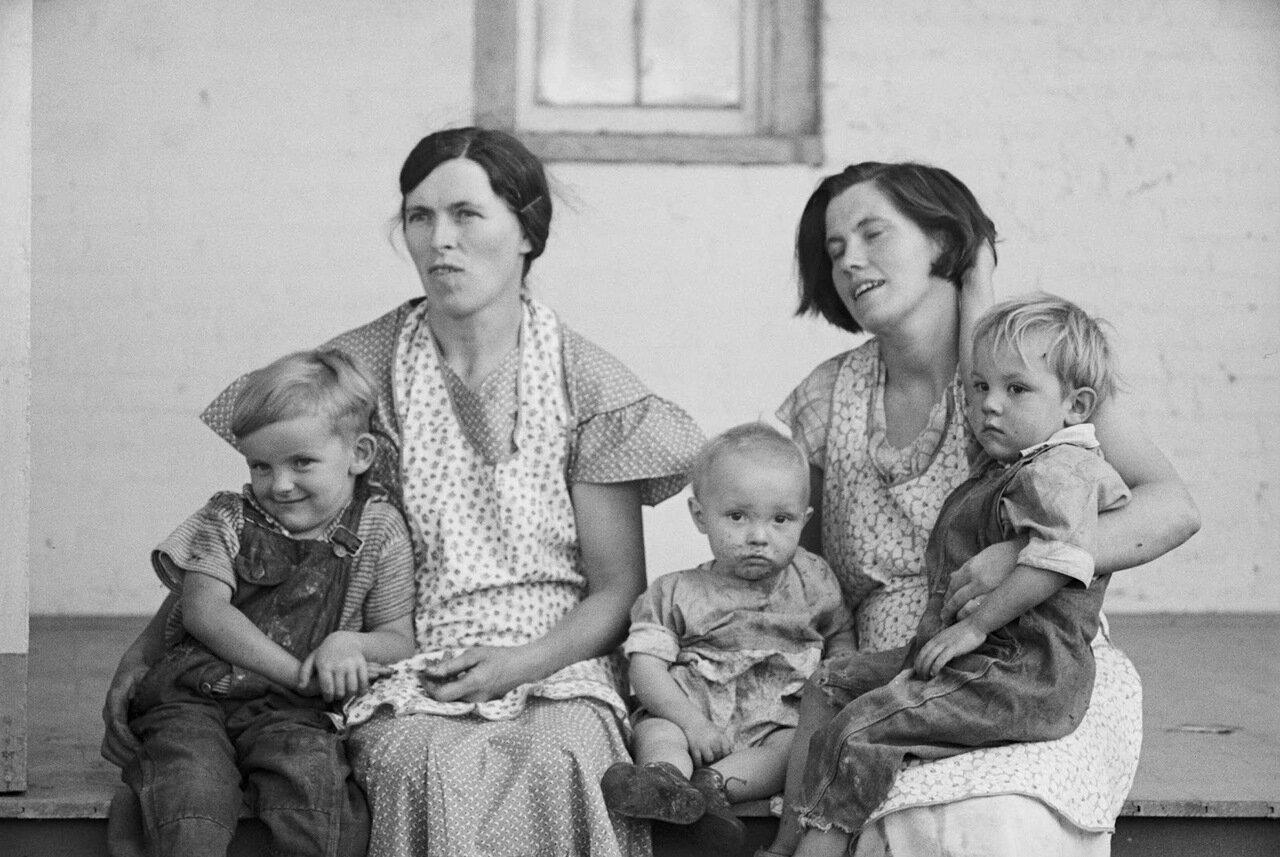 Миссис Хэллетт и миссис Вебер с детьми, округ Томпкинс, Нью-Йорк, 1937