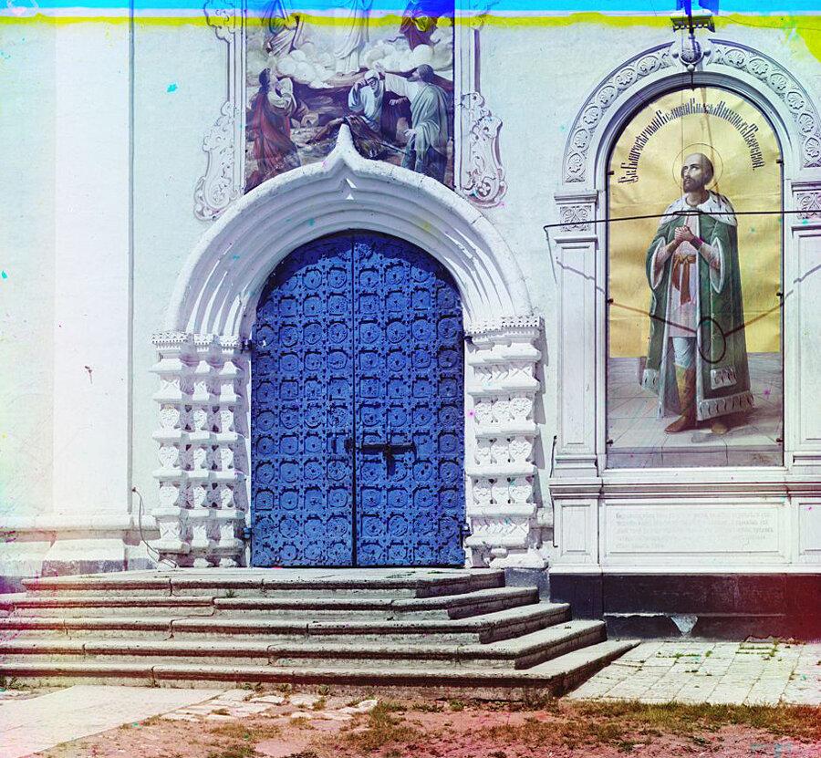 Врата с южной стороны Преображенского собора в г. Твери. 1910 год