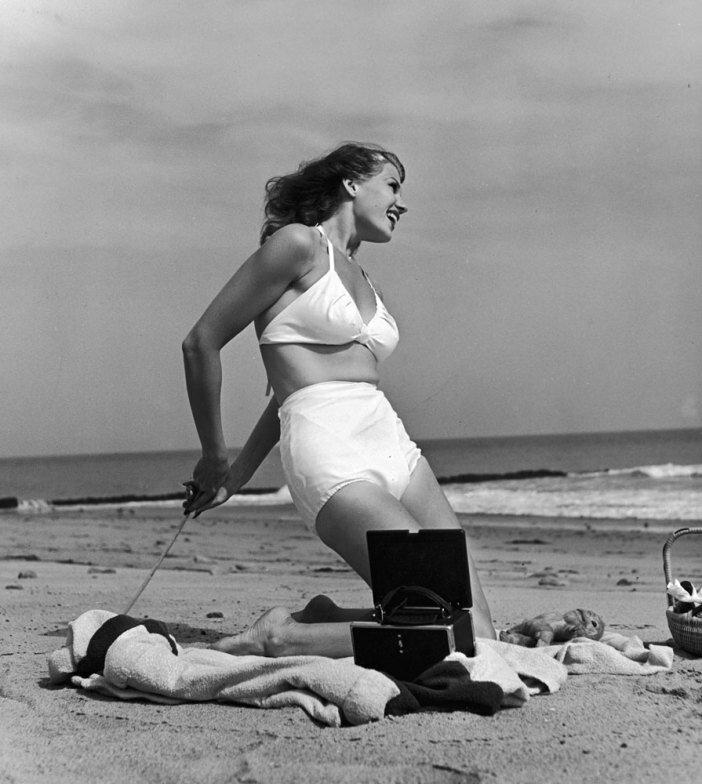 1941. Рита Хейворт на пляже