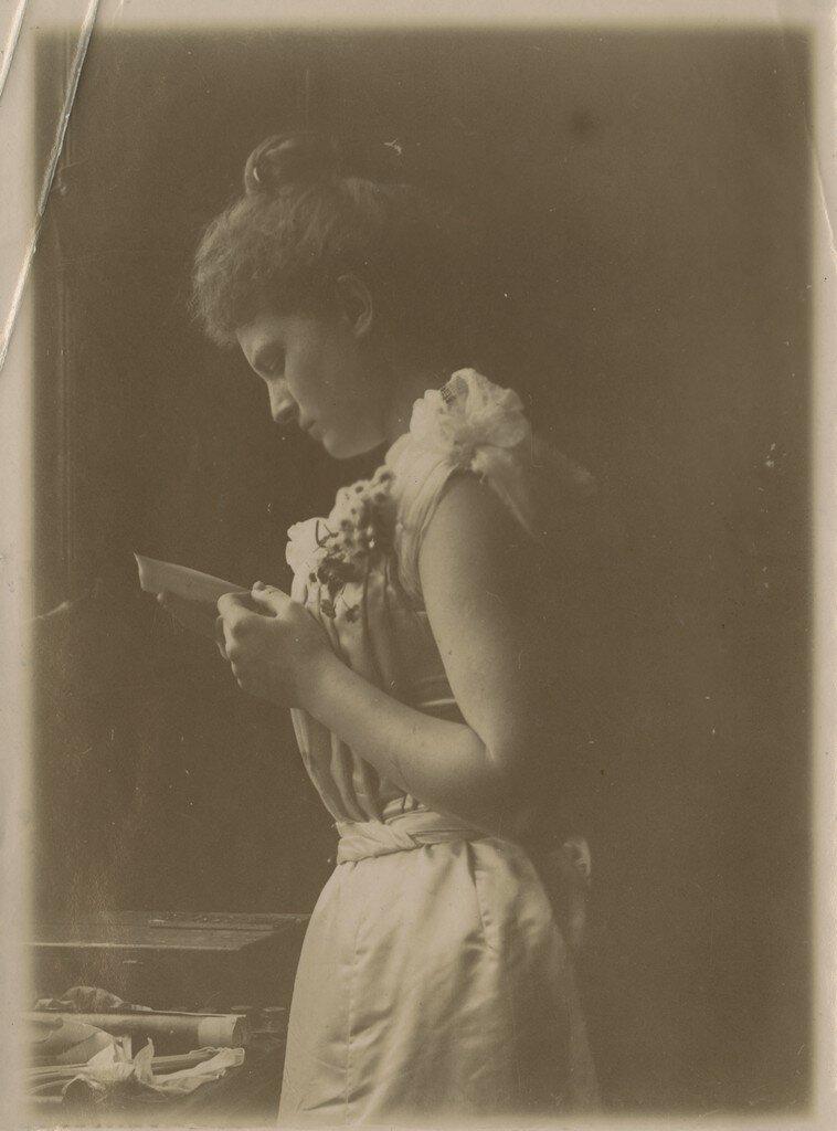 1900. Молодая женщина читает письмо