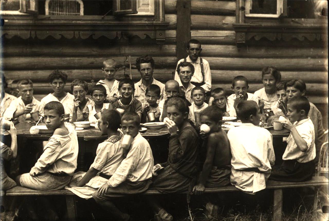Еврейская образцово-показательная детская коммуна в Малаховке под Москвой. Дети за обедом. Среди них – заведующий колонией т. Шварцман и известный художник Марк Шагал,работавший тогда в колонии.1921