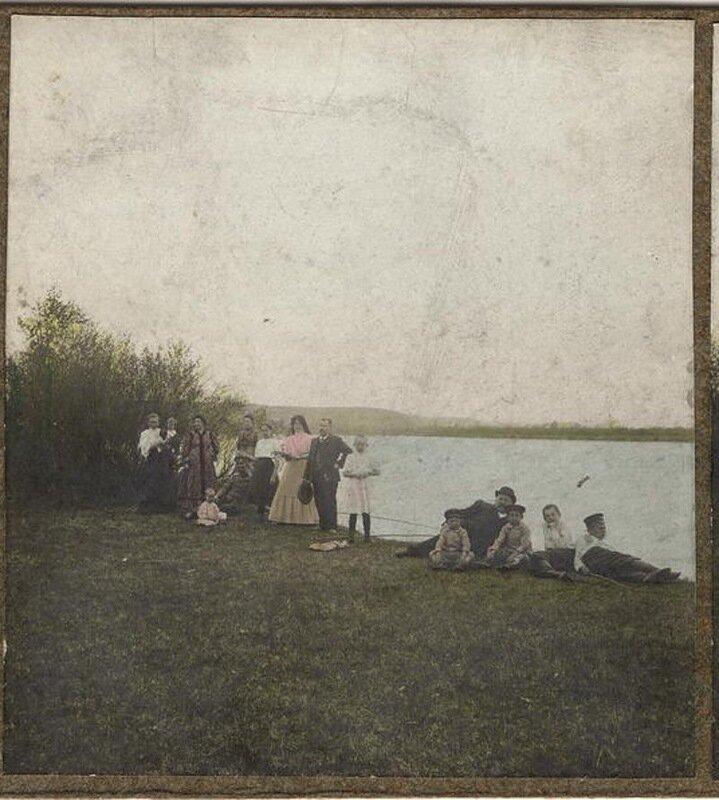 На пикнике. Берег Иркута, май 1909 года