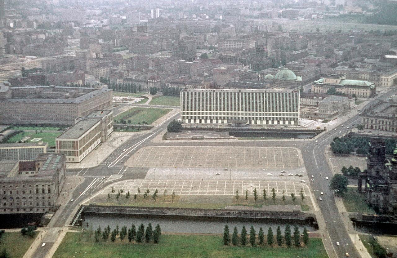ORWO,um Frühjahr 1970. Berlin-Ost.Blick auf das Ministerium für Auswärtige Angelegenheiten (Bau 1964 bis 1967, nach 1989 abgerissen).(Palast der Republik 1976 eröffnet).