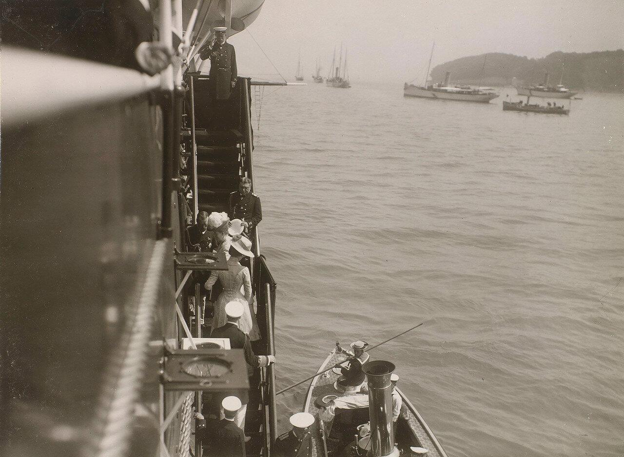 02. Николай II встречает членов британской королевской семьи, поднимающихся на борт Императорской яхты «Штандарт»