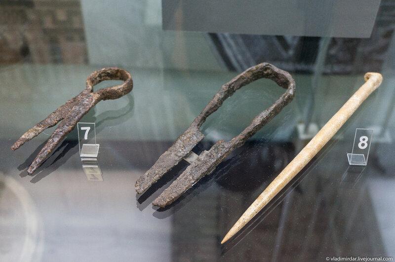 Ножницы пружинные и игла. Железо, кость.