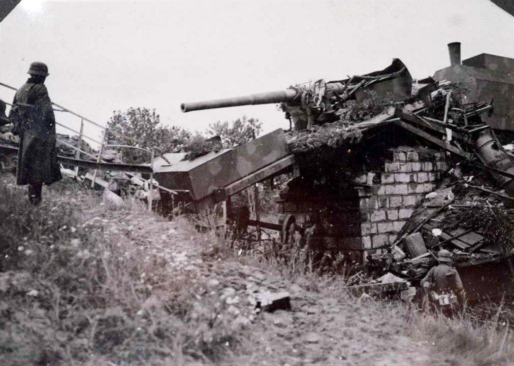 Уничтоженное 130-мм орудие на ж/д платформе. Эстония, 28 августа 1941г.