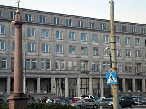 А вот это невзрачное здание - министрество финансов Польши