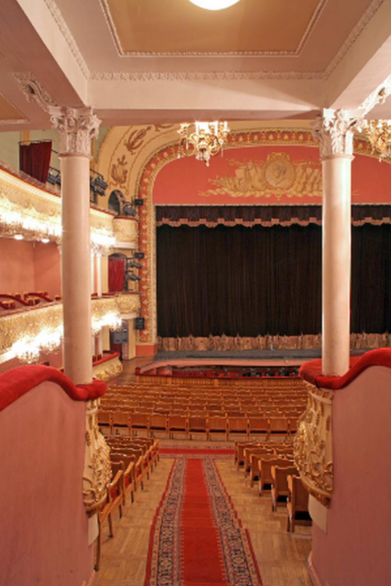Вид из зрительного зала на сцену (07.11.2013)