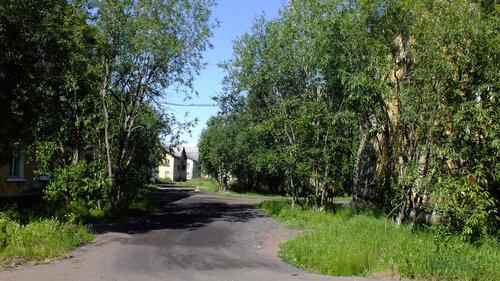 Фотография Инты №5137  Поворот с улицы Коммунистической между домами 18 и 20 (частично видны дома 4 и 5) 16.07.2013_12:15