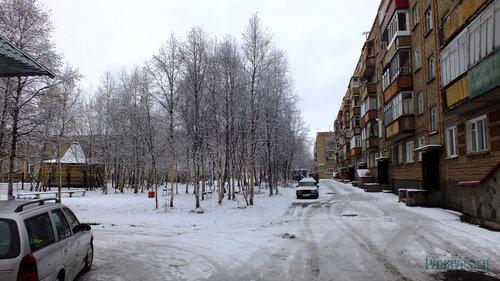 Фотография Инты №6000  Двор (восточная сторона дома) Воркутинской 16 02.10.2013_11:55