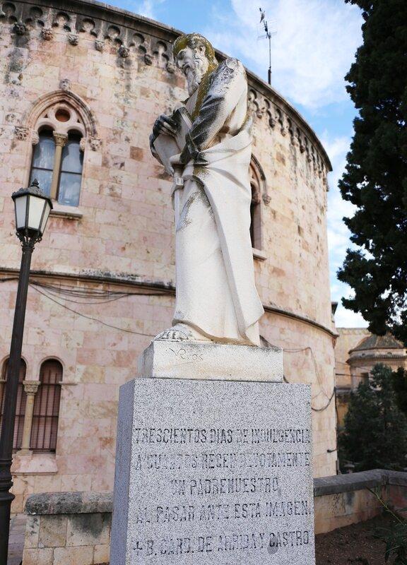 Таррагона. Дворцовая площадь. Памятник Святому Павлу.  Pla de Palau. Tarragona. San Pau Estatue