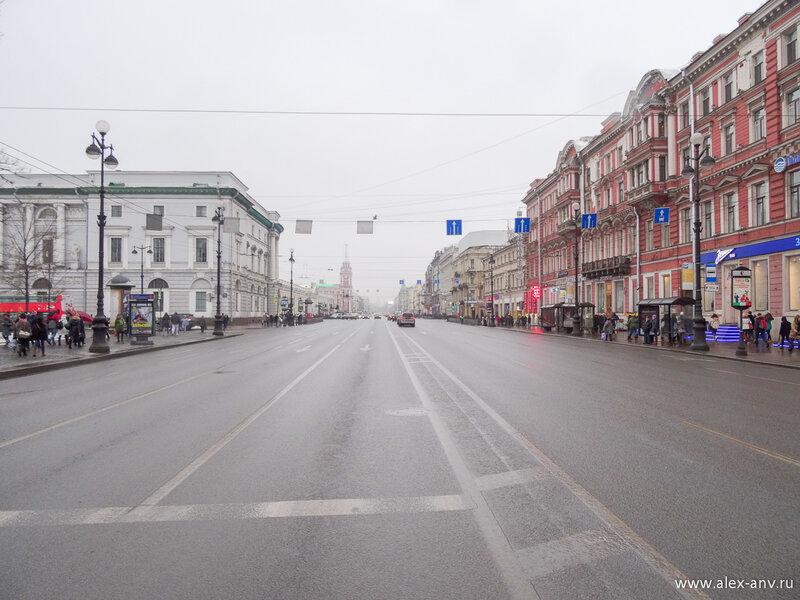 Невский проспект, в его конце по идее расположено Адмиралтейство, но сейчас его практически не видно - февральский дождик скрыл.