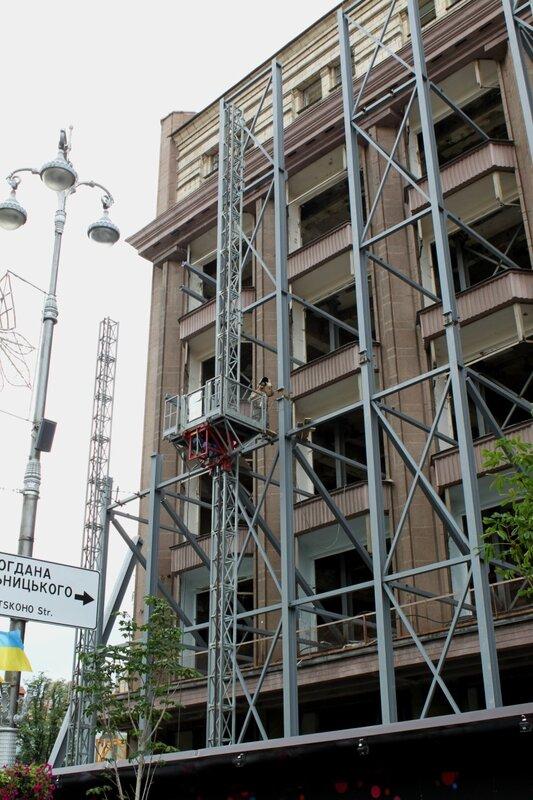 Возведение металлоконструкций на фасаде ЦУМ