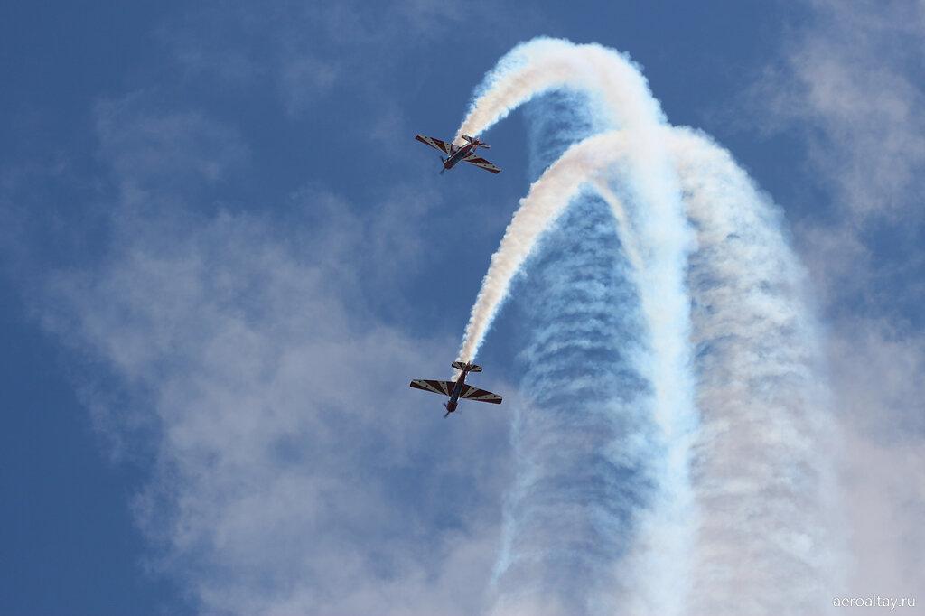 Самолёты Як-52 выступают на авиашоу в Барнауле