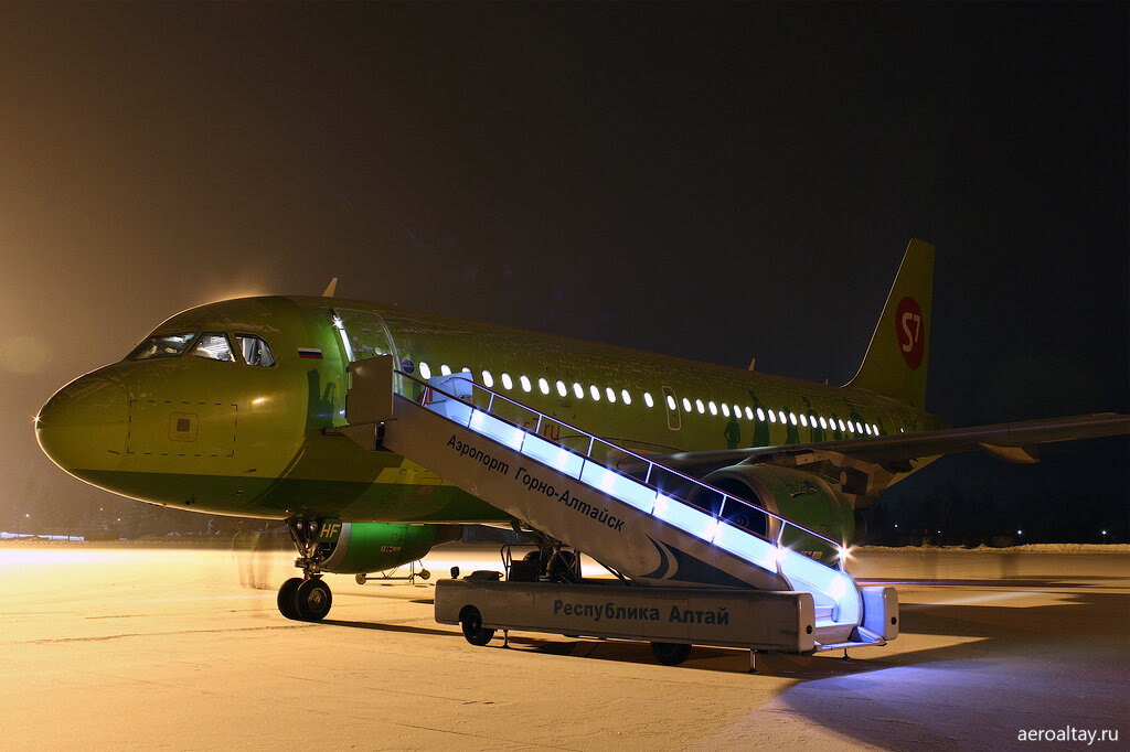 Самолет компании S7 завершил рейс 215 из Москвы в аэропорту Горно-Алтайска