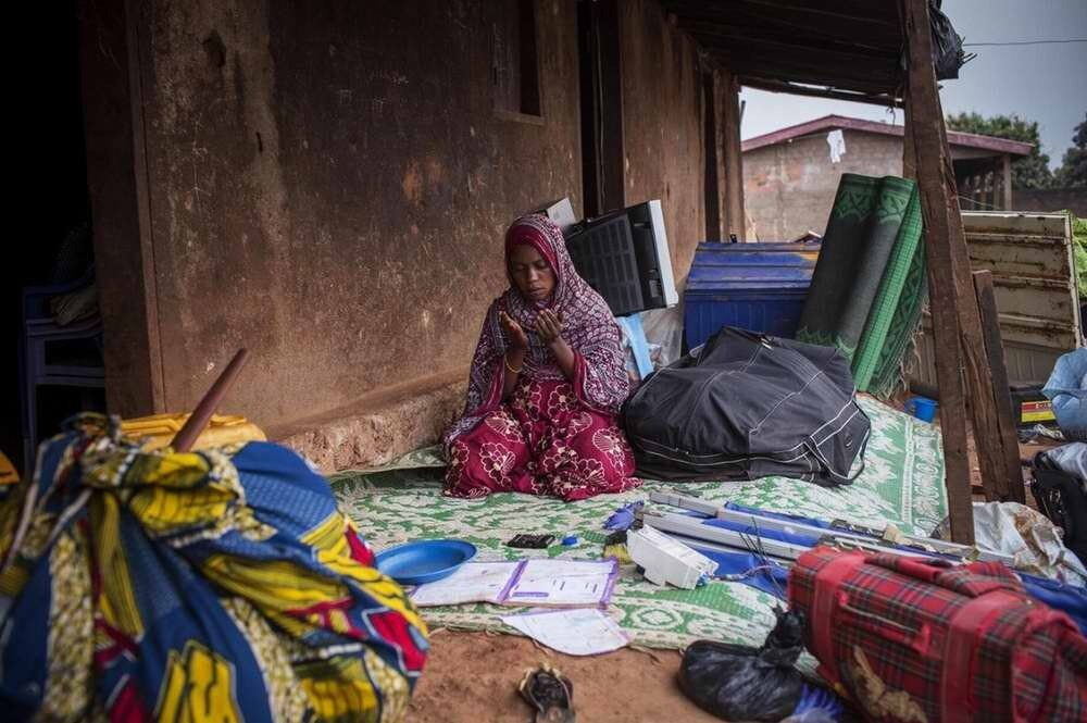 Эта женщина обращается со своими молитвами к Аллаху во время происходящих грабежей и поджогов жилищ в мусульманских кварталах